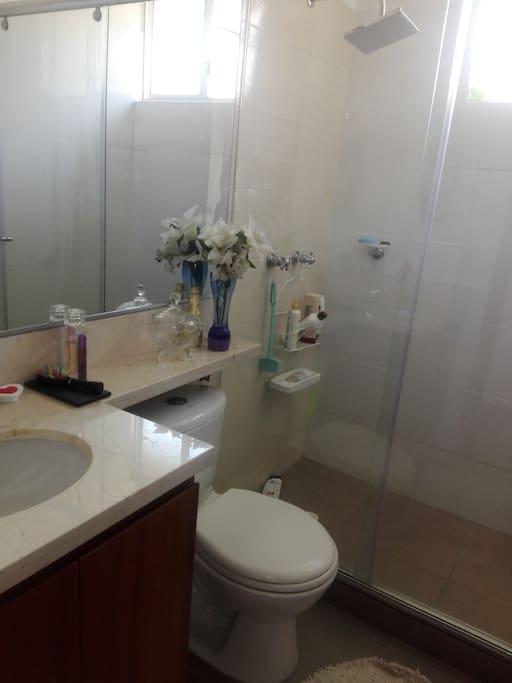 Baño independiente con ducha caliente, toallas e implementos de aseo