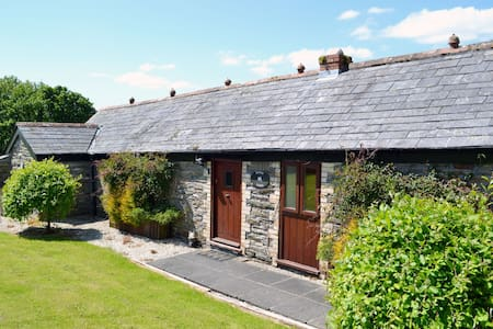 Delightful single storey barn with charming features near Looe - nr Liskeard - Casa