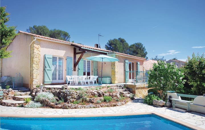 Nice home in Roquebrune/Argens with WiFi, Outdoor swimming pool and 3 Bedrooms