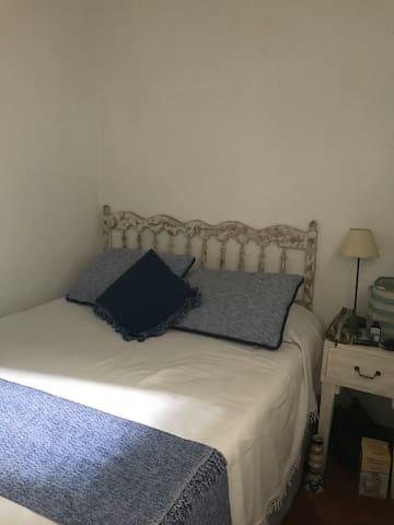Cuarto con cama matrimonial y baño completo