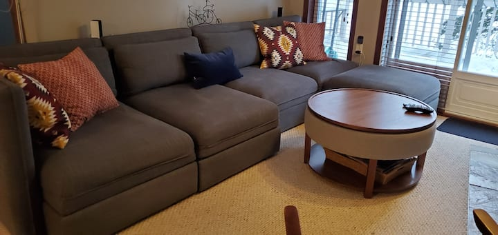 1 Br Condo/king bed/wifi/parking