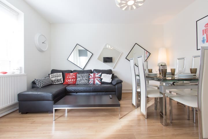 Trendy Central City Apartment - 3 Bed with Balcony - London - Apartment