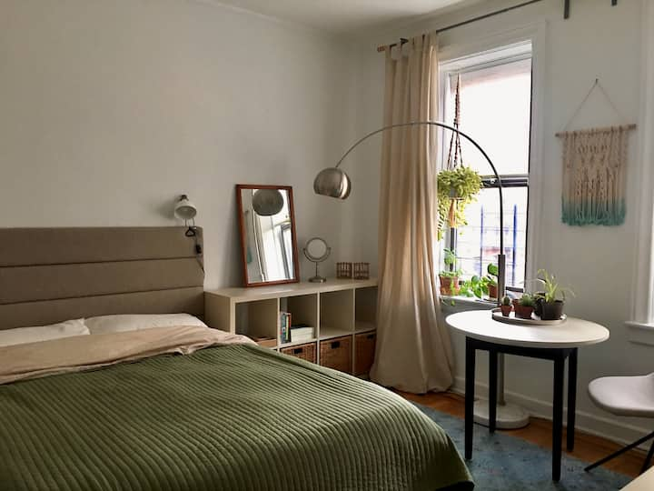 Private sunny bedroom in Midwood