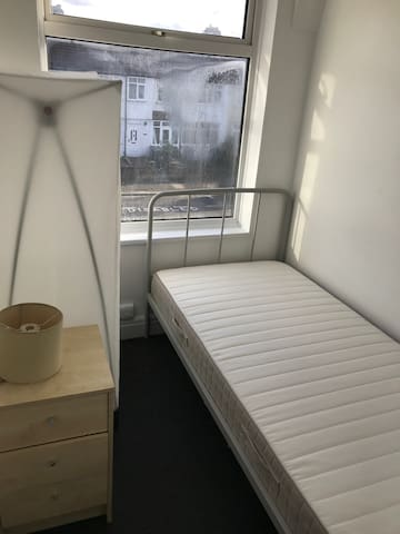 Single room to let at Brent Cross