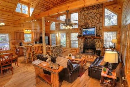 Huge Lodge Overlooking Creek - Cleveland