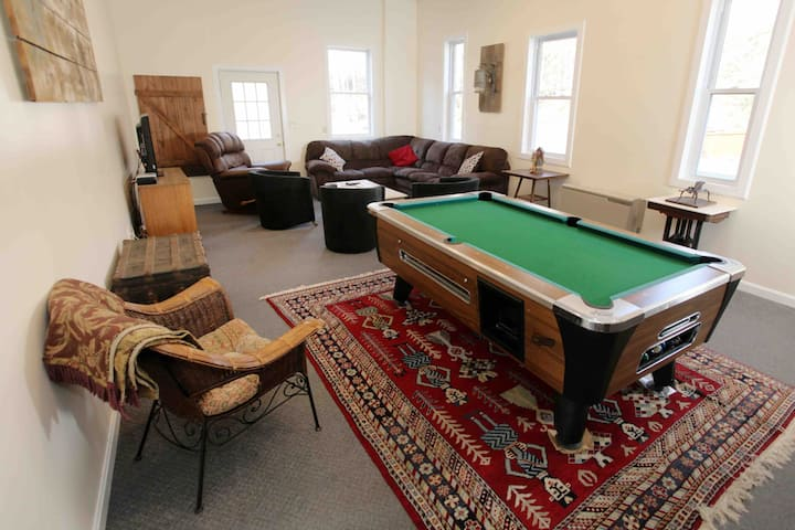 Private 9 Bedroom Guesthouse - The Trailside Inn