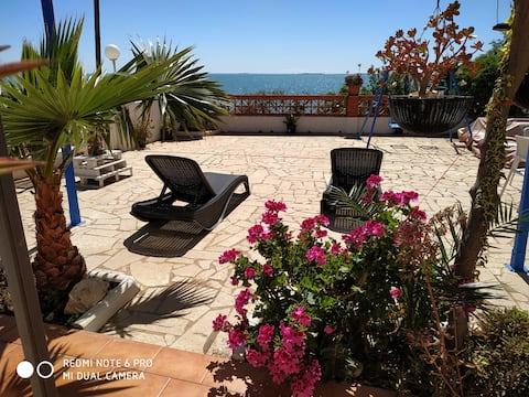 Chalet delante del mar con planta baja y jardin