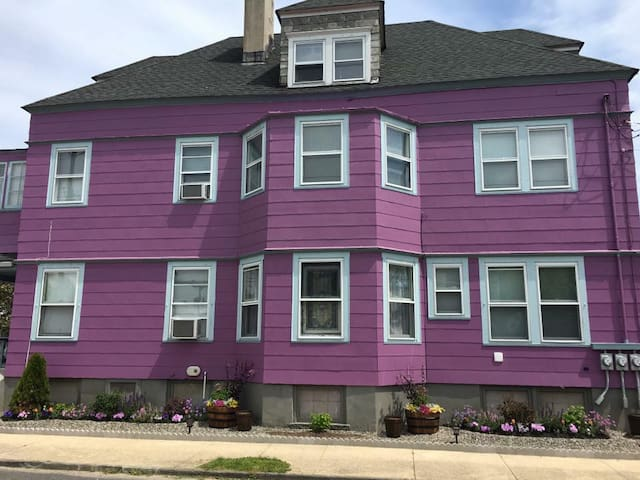 Charming Ocean Grove Getaway at the Purple House!