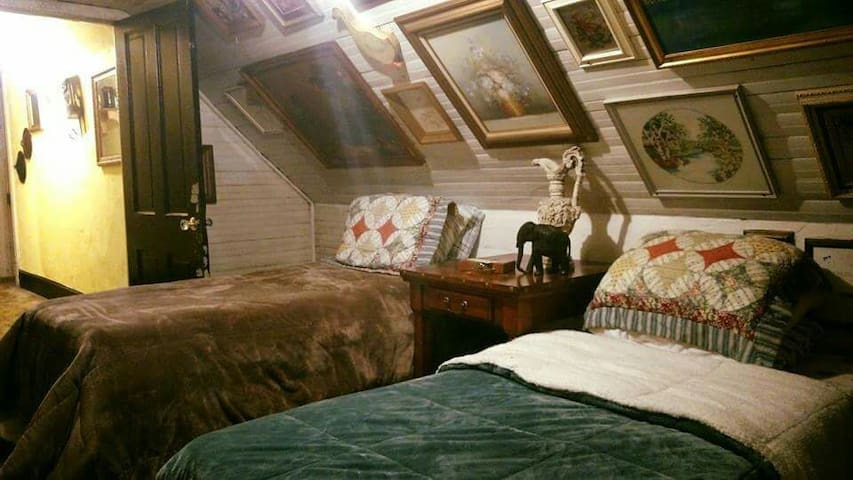 Hatfield McCoy House Inn Bunkhouse - Williamson - Pousada