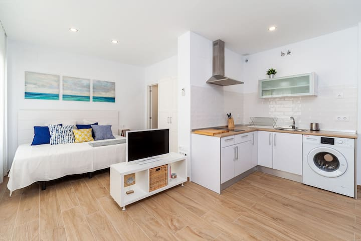 Modern Studio Apartment In City Centre Close to Beach with Air Conditioning