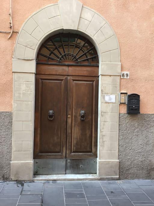 Casa Le Antiche Mura: porta di ingresso - entrance door