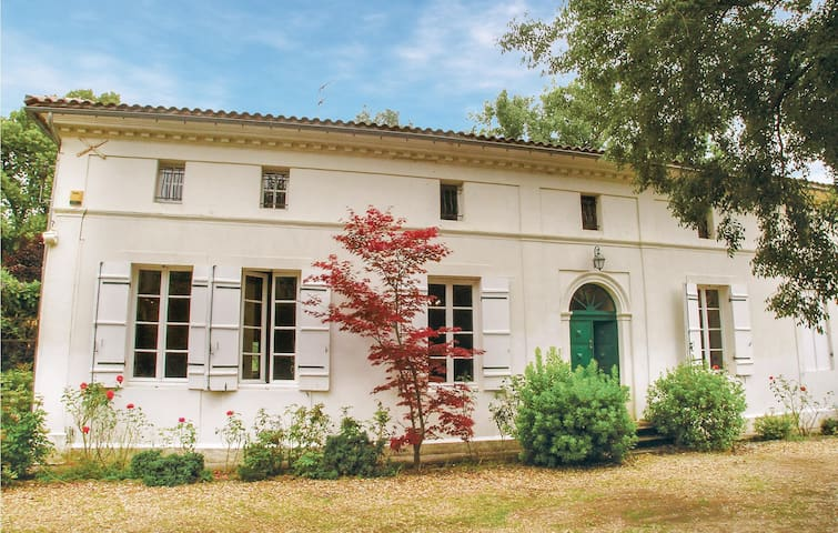 Holiday cottage with 13 bedrooms on 350m² in St. Médard de Mussidan