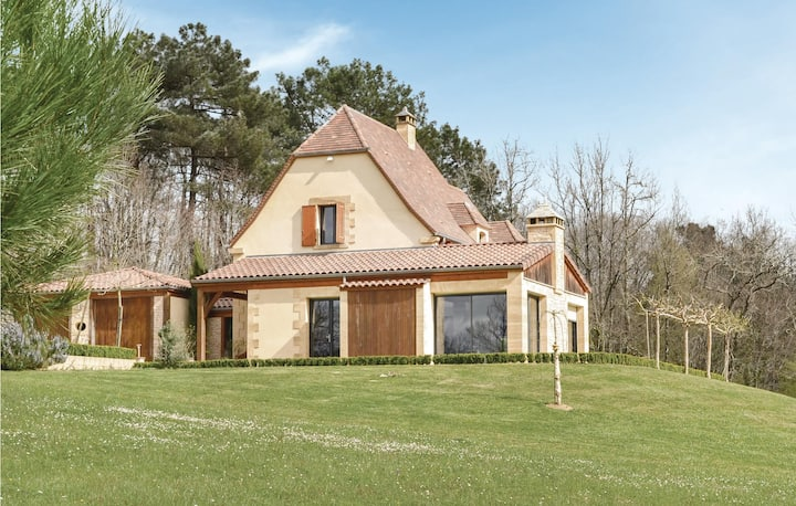 Stunning home in Les Eyzies Sireuil with 3 Bedrooms