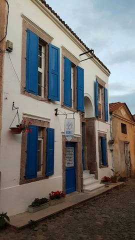 Adali Pansiyon. Cunda Merkez'de tarihi Rum evi.
