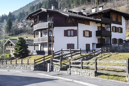 """Wunderschönes Apartment """"Appartamento 5"""" mit Bergblick und Balkon; Parkplätze vorhanden"""