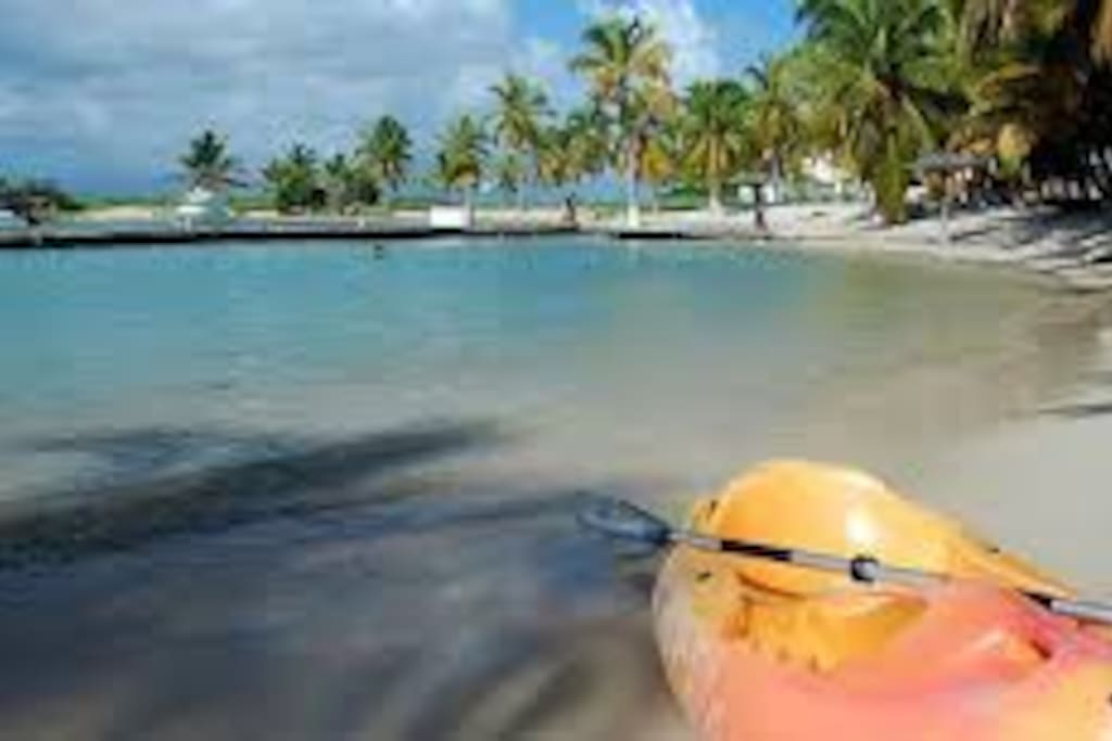 Une plage propre et sécurisé avec un centre nautique. Accès plage direct.
