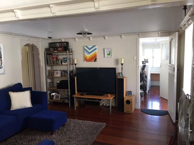 Private room in Queenslander available - Gordon Park - Rumah