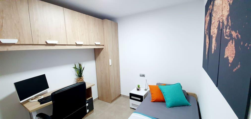 Tu habitación tiene varias configuraciones posibles. Para una persona que quiera teletrabajar, podemos poner una mesa con una cómoda silla.