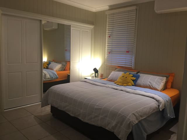 InnerCity, private ensuite, AirCon, king bed (Rm3)