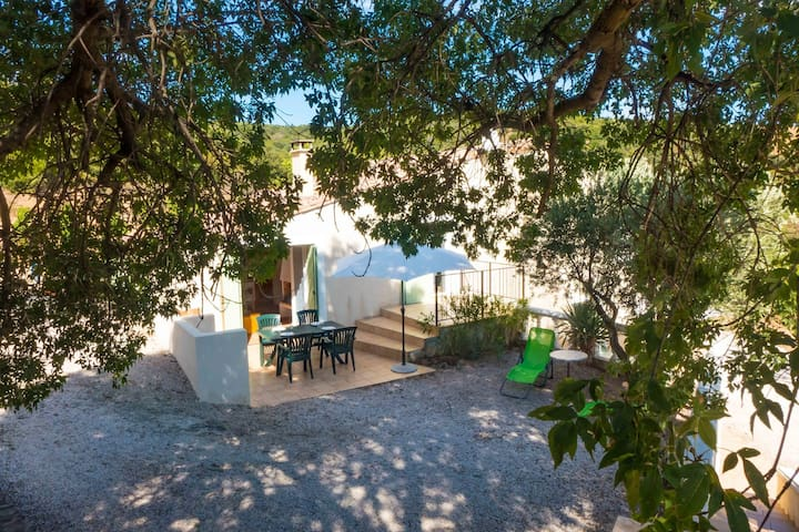 Pretty little cottage with superb views of the surrounding hills