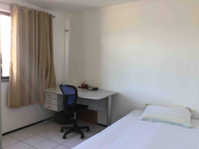 Terceiro quarto, com sofá cama e uma mesa p trabalho. Banheiro reversível.
