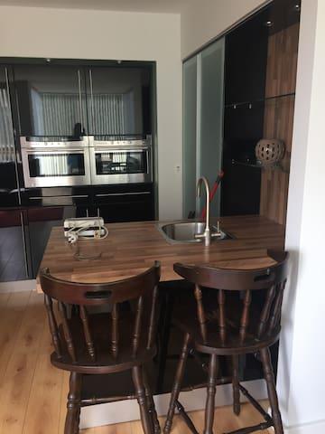 Kitchen+Breakfast Bar