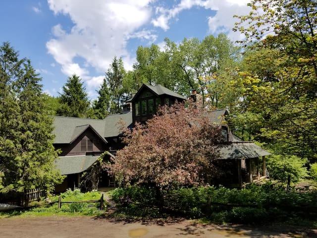 Adirondack Lodge - cozy room w/deck