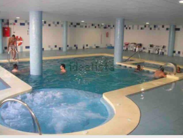 Habitación con aseo privado, piscina, Spa, cocina.