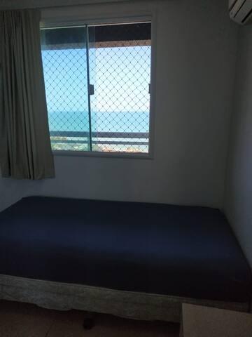 Quarto 02 com bicama, cortina blackout, armário e ar condicionado.