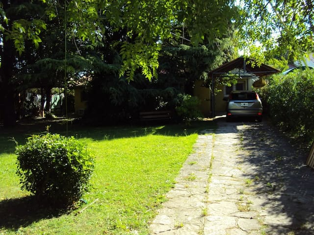 Casa con bello parque cerca del mar. - Miramar - Haus