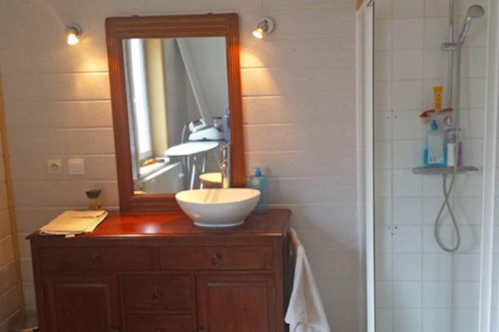 La salle de bain est grande. Elle comprend une douche.