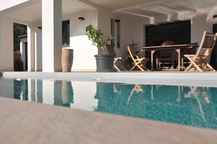 Maison avec piscine chauffée , plage 15 mm  à pied