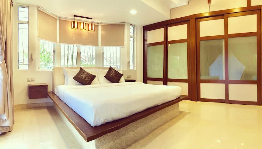 10 mins to Jonker - King Size Bed w private bath
