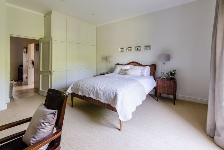 Private Queen Suite in Guest House