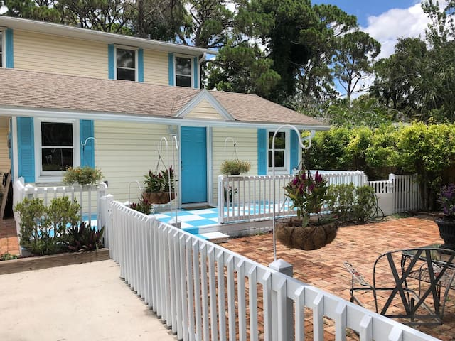 Private beachy cottage for two! Pets allowed!