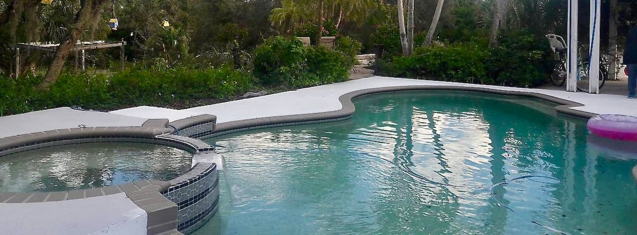 ☆ Poolside Cabana ☆ 5-Acre Gardens, Fire Pit