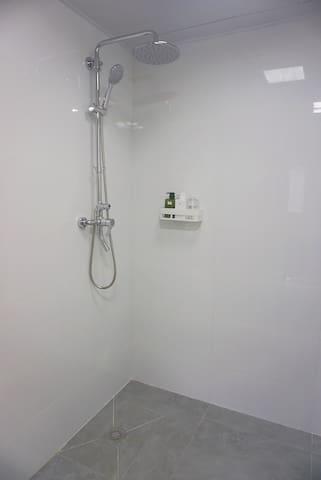 寬裕的空間,箭牌的淋浴,源源不絕的熱水,洗個放鬆身心的澡就是結束美好一天的正確方法!