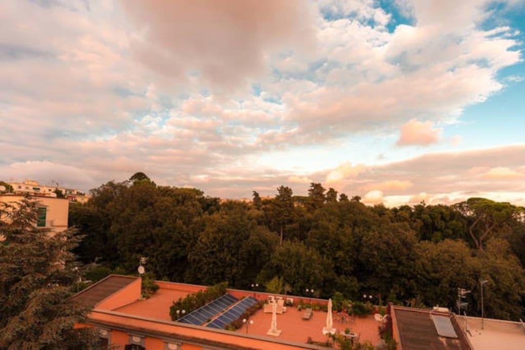 la camera da letto affaccia nella villa Floridiana un polmone verde nella città La Reggia estiva borbonica vista dalla camera da letto
