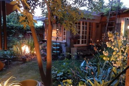PAVILLON atypique avec un jardin magique !