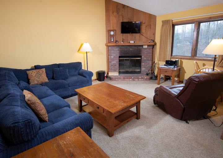 Amazing Location! Charming Ski-in/Ski-out Condo with access to pools, hot tubs nearby