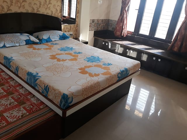 Airy bedroom with 3 beds, AC & Wardrobe in Andheri
