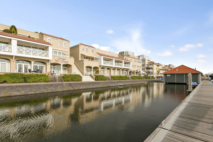 Spacious luxury apartment with beautiful views of the marina