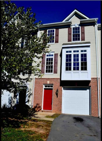 Culpeper Downtown Spacious Townhome