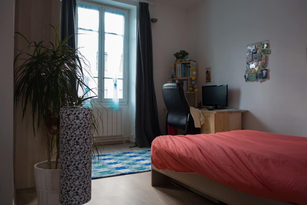 La chambre, spacieuse avec un coin bureau