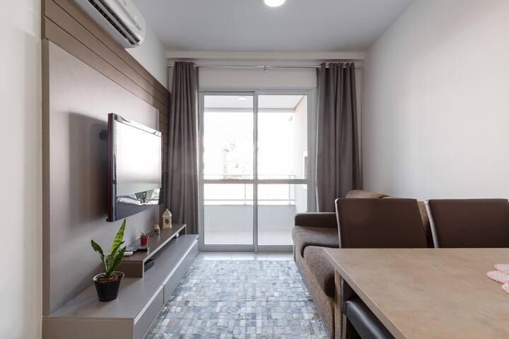 Sala com sofá cama e TV de 42 polegadas