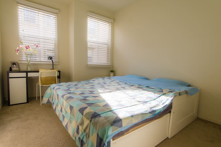Sunny Pvt Room with Pvt Bath, close to Great Mall