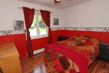 Lou's Haven - Bright, red room - Haus