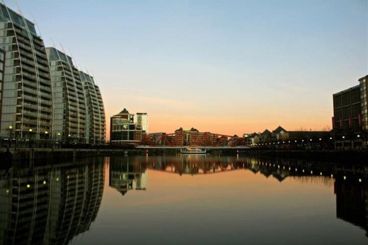 Gorgeous Salford Quays 1 Bedroom with Parking - Salford - Apartemen