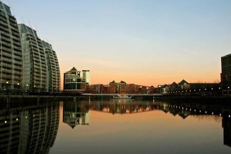 Gorgeous Salford Quays 1 Bedroom with Parking - 索爾福德(Salford)