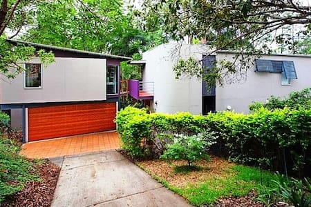 Three level modern pole home in leafy Chapel Hill - Chapel Hill - Rumah